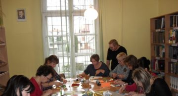 Warsztaty plastyczne metodą iris folding w Powiatowej Bibliotece Pedagogicznej w Działdowie