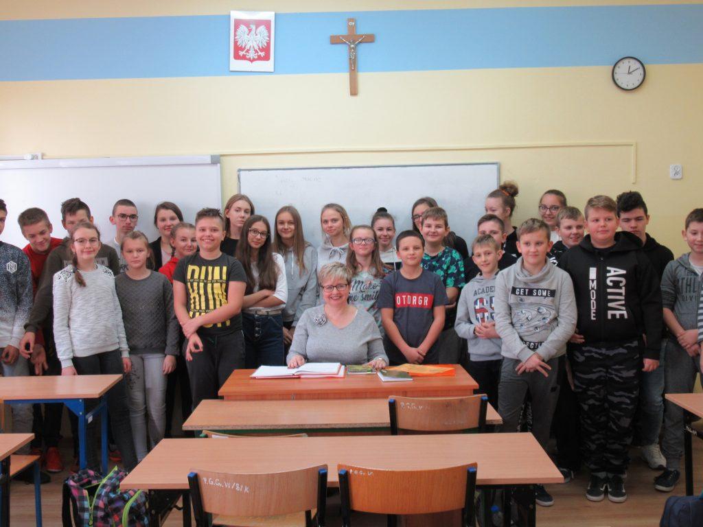 Słuchamy i snujemy refleksje w Szkole Podstawowej w Niechłoninie.