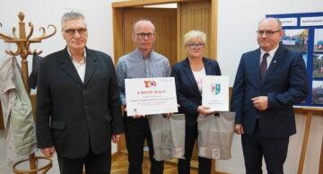 """Realizatorzy projektu """"28 marzeń – niepełnosprawni w drodze na szczyt"""" na sesji rady powiatu"""