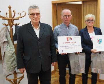 """Realizatorzy projektu """"28 marzeń - niepełnosprawni w drodze na szczyt"""" na sesji rady powiatu"""