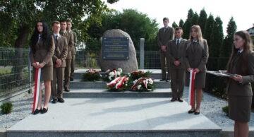 Uroczyste odsłonięcie odnowionego pomnika poświęconego ofiarom byłego niemieckiego obozu w Iłowie-Osadzie