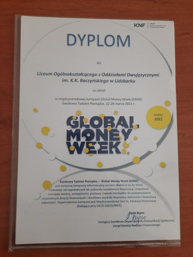 Dyplom i pomoce dydaktyczne za udział w marcowym Global Money Week dla lidzbarskiego LO!