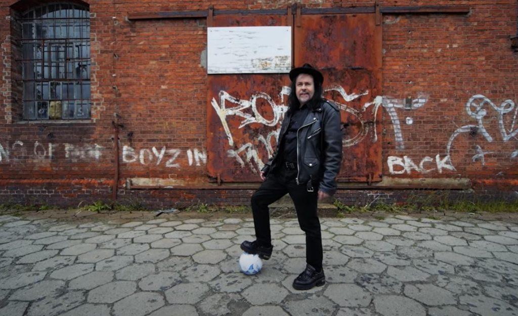 """Śpiewający radny z Lidzbarka w """"piłkarskim"""" repertuarze!"""